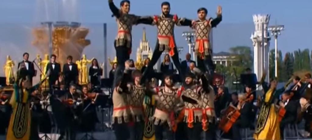 Մոսկվայի օրը «Հայաստանի գույներ» համույթը կատարել է հին հայկական «Բերդ» պարը