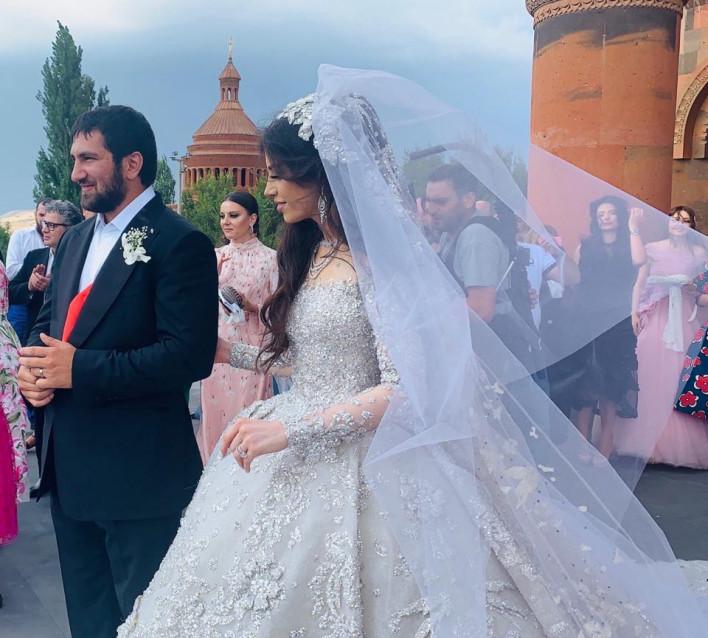Հայտնի գործարարներ Գագիկ Ծառուկյանի դստեր և Խաչատուր Սուքիասյանի որդու հարսանեկան առաջին պարի տեսագրությունը